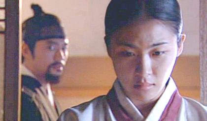 Chae Ohk walks through the door that Hwangbo has opened