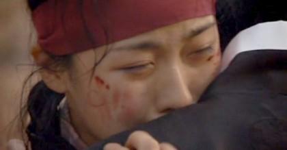 Chae Ohk, bleeding and crying, hugs Hwangbo tightly;