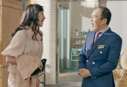 Kim So Jin, dressed up from a blind date, is greeted by an admiring Kim Kwang Kyu in the entryway of the Promise restaurant