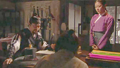 Lee Seo Jin, Ha Ji Won and the undercover slave discuss their plans at a table in the Left Police Bureau;