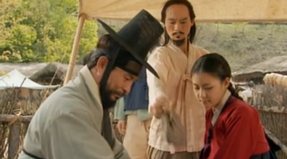 Chae Ohk goes undercover as a ginseng merchant's daughter in a village inn;